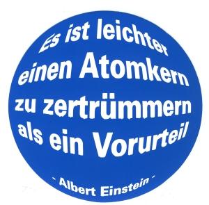 Aufkleber: Es ist leichter einen Atomkern zu zertrümmern als ein Vorurteil (Albert Einstein)