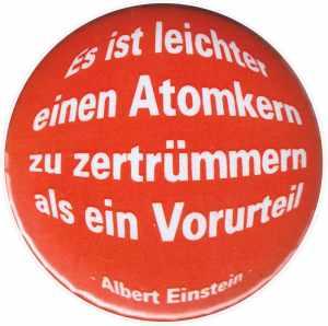 25mm Button: Es ist leichter einen Atomkern zu zertrümmern als ein Vorurteil (Albert Einstein)