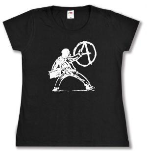 tailliertes T-Shirt: male A an die Wand