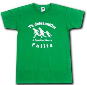 T-Shirt: Tá dídeaenaithe Fáilte - Thabhairt do chlann