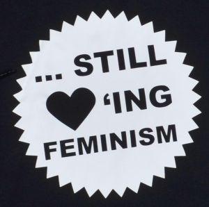 Detailansicht Woman Kapuzen-Pullover: ... still loving feminism
