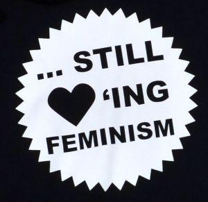 Detailansicht Kapuzen-Pullover: ... still loving feminism