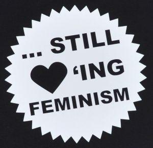 Detailansicht tailliertes T-Shirt: ... still loving feminism