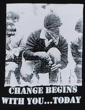 Detailansicht Kapuzen-Pullover: Change begins with you