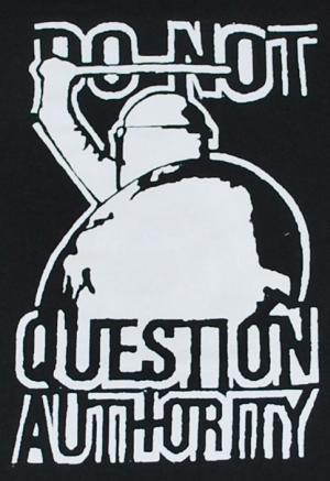 Detailansicht Kapuzen-Longsleeve: Do not question Authority