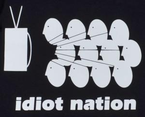Detailansicht taillierter Kapuzen-Pullover: Idiot Nation