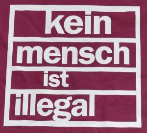 Detailansicht T-Shirt: Kein Mensch ist Illegal (burgund, weißer Druck)