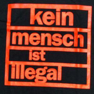 Detailansicht Longsleeve: Kein Mensch ist illegal (orange)