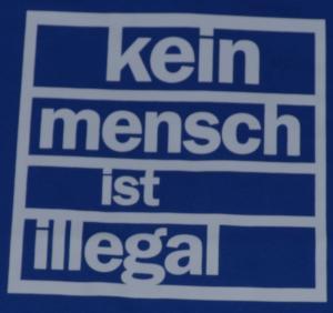Detailansicht T-Shirt: Kein Mensch ist Illegal (weiß/blau)