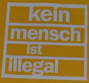Detailansicht T-Shirt: Kein Mensch ist Illegal (weiß/gelb)