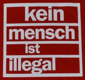 Detailansicht Fairtrade T-Shirt: Kein Mensch ist Illegal (weiß/rot)