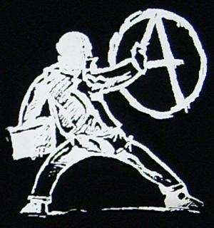 Detailansicht tailliertes T-Shirt: male A an die Wand