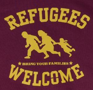 Detailansicht Kapuzen-Pullover: Refugees welcome (burgund, gelber Druck)