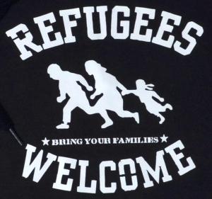 Detailansicht Kapuzen-Pullover: Refugees welcome (schwarz/grauer Druck)