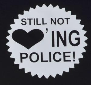 Detailansicht Fairtrade T-Shirt: Still not loving Police