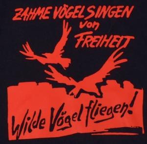 Detailansicht taillierter Kapuzen-Pullover: Zahme Vögel singen von Freiheit. Wilde Vögel fliegen! (rot)