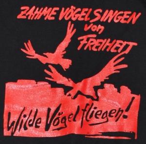 Detailansicht Kapuzen-Pullover: Zahme Vögel singen von Freiheit. Wilde Vögel fliegen! (rot)