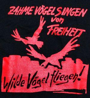 Detailansicht T-Shirt: Zahme Vögel singen von Freiheit. Wilde Vögel fliegen! (rot)