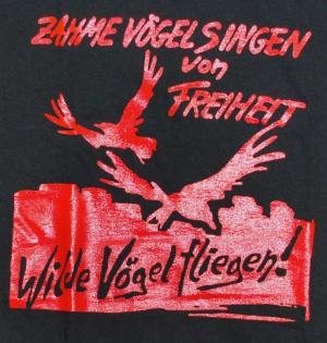 Detailansicht Longsleeve: Zahme Vögel singen von Freiheit. Wilde Vögel fliegen! (rot)