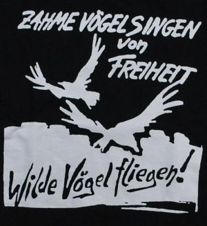 Detailansicht Girlie-Shirt: Zahme Vögel singen von Freiheit. Wilde Vögel fliegen!