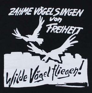 Detailansicht Kapuzen-Longsleeve: Zahme Vögel singen von Freiheit. Wilde Vögel fliegen!