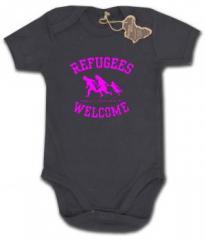 """Zum Babybody """"Refugees welcome (pink)"""" für 9,90 € gehen."""