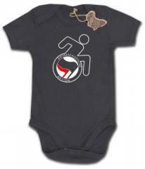 """Zum Babybody """"RollifahrerIn Antifaschistische Aktion (schwarz/rot)"""" für 9,90 € gehen."""