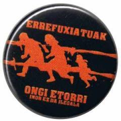 """Zum 37mm Magnet-Button """"Errefuxiatuak Ongi Etorri"""" für 2,50 € gehen."""