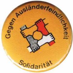 """Zum 37mm Magnet-Button """"Gegen Ausländerfeindlichkeit"""" für 2,50 € gehen."""