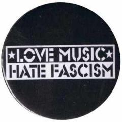 """Zum 37mm Magnet-Button """"Love music Hate Fascism"""" für 2,50 € gehen."""