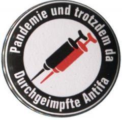 """Zum 37mm Magnet-Button """"Pandemie und trotzdem da - Durchgeimpfte Antifa"""" für 2,50 € gehen."""