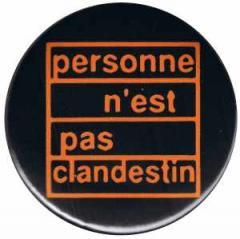 """Zum 37mm Magnet-Button """"personne n´est pas clandestin"""" für 2,50 € gehen."""