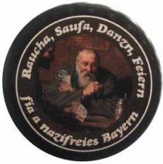 """Zum 37mm Magnet-Button """"Raucha Saufa Danzn Feiern fia a nazifreies Bayern (Kartenspieler)"""" für 2,70 € gehen."""