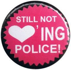 """Zum 37mm Magnet-Button """"Still not loving Police!"""" für 2,50 € gehen."""