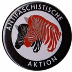 """Zum 50mm Magnet-Button """"Antifaschistische Aktion (Zebras)"""" für 2,92 € gehen."""