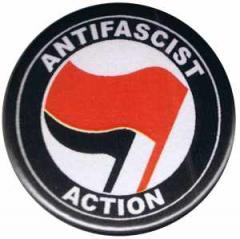 """Zum 50mm Magnet-Button """"Antifascist Action (rot/schwarz)"""" für 2,92 € gehen."""