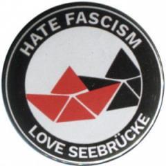 """Zum 50mm Magnet-Button """"Hate Fascism - Love Seebrücke"""" für 3,00 € gehen."""
