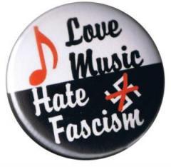"""Zum 50mm Magnet-Button """"Love music - Hate fascism"""" für 3,00 € gehen."""