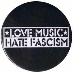 """Zum 50mm Magnet-Button """"Love music Hate Fascism"""" für 3,00 € gehen."""