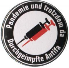 """Zum 50mm Magnet-Button """"Pandemie und trotzdem da - Durchgeimpfte Antifa"""" für 3,00 € gehen."""