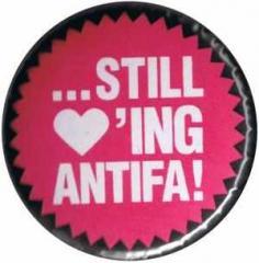 """Zum 50mm Magnet-Button """"Still loving Antifa"""" für 3,00 € gehen."""