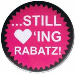 """Zum 50mm Magnet-Button """"Still loving Rabatz!"""" für 3,00 € gehen."""