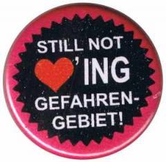 """Zum 50mm Magnet-Button """"Still not loving Gefahrengebiet!"""" für 3,00 € gehen."""