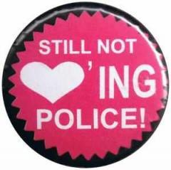 """Zum 50mm Magnet-Button """"Still not loving Police!"""" für 3,00 € gehen."""