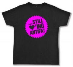 """Zum Fairtrade T-Shirt """"... still loving antifa! (pink)"""" für 16,57 € gehen."""