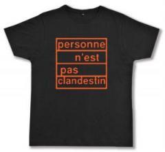 """Zum Fairtrade T-Shirt """"personne n´est pas clandestin (orange)"""" für 17,00 € gehen."""