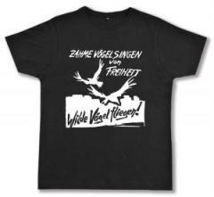 """Zum Fairtrade T-Shirt """"Zahme Vögel singen von Freiheit. Wilde Vögel fliegen!"""" für 16,57 € gehen."""
