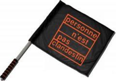 """Zum/zur  Fahne / Flagge (ca. 40x35cm) """"personne n´est pas clandestin (orange)"""" für 11,00 € gehen."""