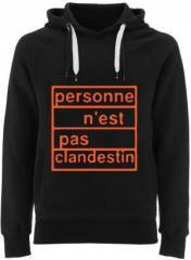 """Zum Fairtrade Pullover """"personne n´est pas clandestin (orange)"""" für 40,00 € gehen."""