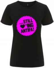"""Zum/zur  tailliertes Fairtrade T-Shirt """"... still loving antifa! (pink)"""" für 17,55 € gehen."""
